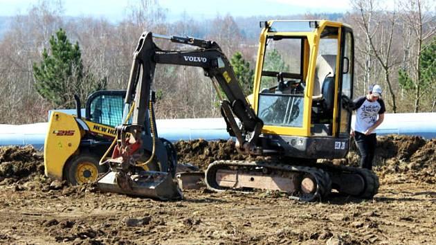 Výstavba nového sportoviště v uplynulých dnech začala.