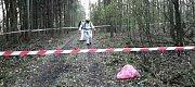 Strážníci nalezli v lese barely s neznámou látkou. Hasiči oblast zajistili.