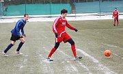 Zimní turnaj FK Baník Sokolov: Olympie Březová (v modrém) - SV Steinmühle