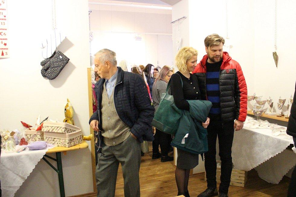Vernisáží začala prodejní výstava Denního centra Mateřídouška s názvem Šikovné ruce v DDM Bludiště Chodov.