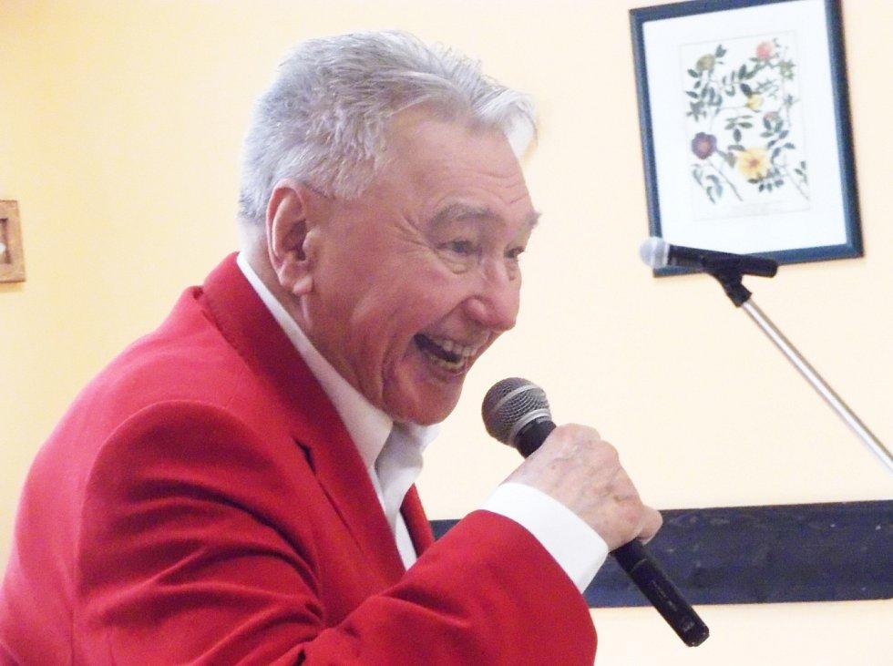 JOSEF Zíma zpívá seniorům v Kynšperku nad Ohří.
