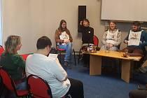 Do městské knihovny v sokolovském zámku dorazili putující autisté v rámci akce Návrat k pramenům.