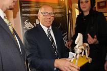 Erich Schmidt si z vernisáže výstavy odvezl i koníka na kolečkách. Byl z dárku velmi dojatý.