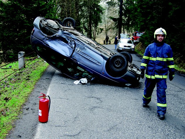 NEHODA osobních aut zablokovala dopravu na silnici mezi Olovím a Kraslicemi. Řidič renaultu skončil s autem na střeše.