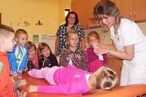 Sokolovská nemocnice provedla dětským oddělením prvňáčky. Lékařka Markéta Halířová pro ně připravila projekt, který by je měl zbavit strachu z vyšetření i hospitalizace.