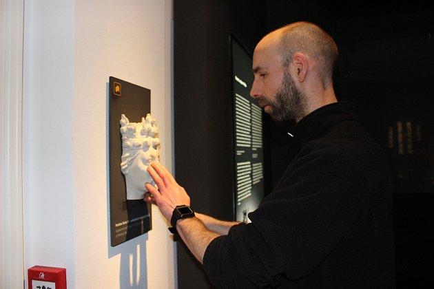 Díky haptické stezce vkarlovarském muzeu nevidomý Zdeněk Doležal poznával řadu exponátů hmatem.