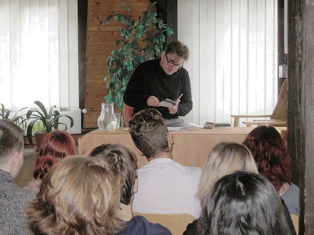 Jakub Řehák, básník, esejista, držitel ceny Magnesia Litera, se představil v rámci projektu Spisovatelé do knihoven.