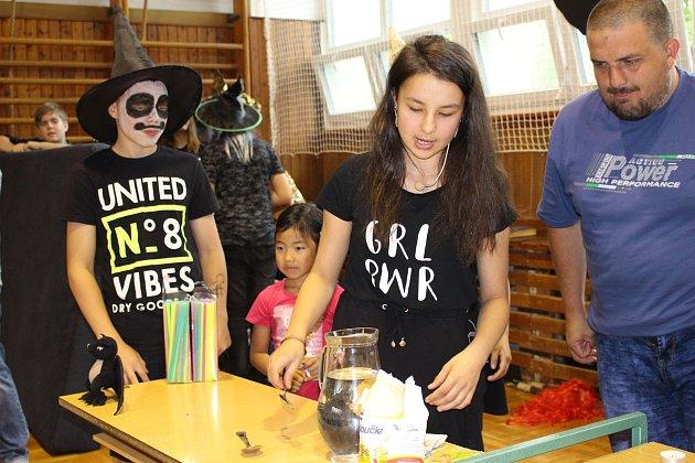 Na zábavných pokusech ukázali školáci dětem, že  se chemie nemusí bát.