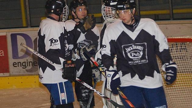 Krajská liga mužů: HC PK Vřesová - HC Rebel Ostrov (v červeném)  5:4