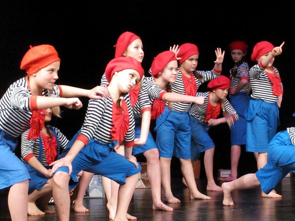 PÓZY, GESTA, VÝRAZY. I to je zásadní součást choreografie. Záběr pochází z úspěšného vystoupení I love Paris.