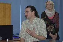 Besedy vedou Eva Chalupníková – Doležalová, vedoucí Intervenčního centra v Sokolově a její kolega Jiří Král.