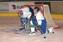 Krajská soutěž mužů: HC Březová ( v bílém) - Stadion Cheb