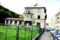 Objekt v ulici Pod Nádražím v Kraslicích sloužil dříve průmyslové škole. Už roky chátrá. Město ho koupí za 230 tisíc od kraje.