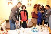 Kalendáře autorky představily veřejnosti na vernisáži prodejní výstavy Šikovné ruce. Na tu si klienti připravili krátké pásmo písní s podzimní tematikou a pro hosty výborné občerstvení.