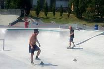 BETONOVÉ dráhy jsou přístupné veřejnosti, jsou v bazénovém stylu.