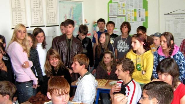 DEN EVROPSKÝCH JAZYKŮ. Závěrečný raut nad kuchyní evropských zemí. Jednou ze scének byl i tradiční Mrazík v podání žáků chodovské školy.