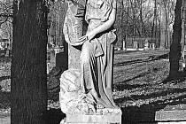 Z podstavce na hrobu Rosy Schneiderové někdo údajně odsekal vzácnou sochu. Na snímku je vidět, jak dříve vypadala.