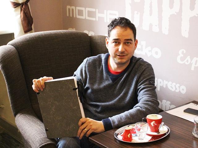 Klid, kávu a slunce potřebuje ke psaní Milan Hloušek, dlouholetý novinář a autor románu Letní dny bez konce. V ruce drží rukopis, ale tištěná knížka už se brzy vydá za čtenáři.