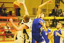 Krajský přebor basketbalistů: BK Sokolov (v bílém) - Thermia Karlovy Vary