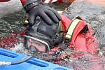 Sokolovští hasiči cvičili na rybníku v Dolním Rychnově záchranu lidí, kteří se propadli ledem.