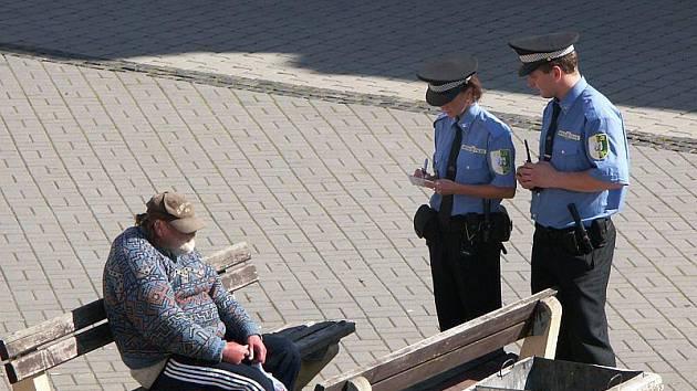 VĚTŠÍ MĚSTA na Sokolovsku mají většinou městskou policii. Kraslice mají obavy, že by jejich provoz rozpočet neutáhl. Snímek je ze Starého náměstí v Sokolově.