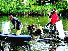 DO ÚKLIDU řeky Ohře se každý rok pouští dobrovolníci například z řad vodáků. Teď se k nim připojují další, kteří vyzývají veřejnost ke spolupráci.