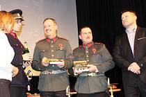 Knihu Morový rok autoři Vladimír Bružeňák (vlevo) a Josef Macke pokřtili v četnických dobových uniformách v sokolovském divadle.