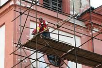 NÁVŠTĚVNÍCI poutního místa v Chlumu Svaté Maří si nemohou nevšimnout lešení před kostelem. Pro mnohé kolemjdoucí je práce řemeslníků zajímavou podívanou.