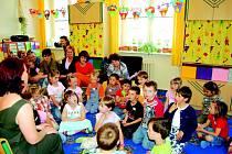 Do mateřských škol přibírají děti přednostně děti, které mají před školou