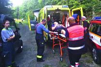 Sanita se nemohla ke zraněnému dostat. Byla od něj dva kilometry. Záchranářům pomohli hasiči, kteří zraněného přivezli z lesa na čtyřkolce.