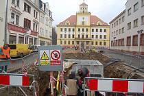 UŽ JEN centrální prostor zbývá dokončit při rekonstrukci náměstí v Kraslicích. Vlhčit vzduch tam budou dvě kašny.