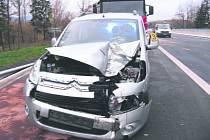 KOLO UPADLÉ  z nákladního auta přeskočilo svodidla a zasáhlo řidiče citroenu.
