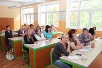 PEDAGOGOVÉ se na chvíli proměnili v žáky a zasedli do lavic, aby absolvovali školení, při kterém se seznámili se základy ovládání nové interaktivní tabule.