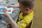 Děti si vyzkoušely techniku pískování, která je vhodná i pro hyperaktivní a autistické děti.