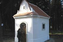 VSTUP do kapličky je uzamčený. Vnitřek je chráněný pevnými dveřmi a železnou mříží.