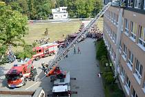 HASIČI evakuovali desítky studentů pomocí evakuačního rukávu.