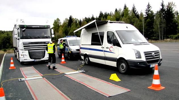 POLICEJNÍ KONTROLY ukázaly, že řada nákladních aut je přetížená.