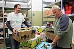 Regály v potravinové bance se plní nejen díky řetězcům, ale i potravinovým sbírkám, kdy pomáhají všichni.