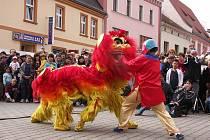 Vietnamský a maďarský folklor, kapely, hry a soutěže pro děti a tradiční stánky. To vše nabídla sobotní Hornická pouť v Sokolově.