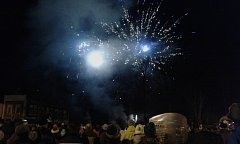 Tisíce lidí slavily při novoročním ohňostroji v centru Kraslic.