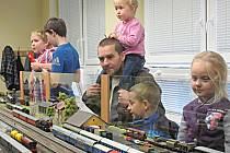 Adventní ježdění přilákalo řadu návštěvníků. Mašinky okouzlily i holčičky.