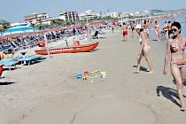 ZA MOŘEM TŘEBA do Itálie. To si přejí klienti cestovních kanceláří. Zájezdy mají objednané buď už měsíce dopředu, nebo čekají na oblíbené last minute. Snímek je z italského města San Benedetto del Tronto, kam v létě míří stovky Čechů.