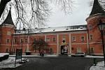 Městskou knihovnu navštěvují zájemci v současné době v sokolovském zámku, který sídlí v centru.