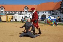 Největším lákadlem byly pro návštěvníky rytířské souboje. V sobotu se do nich zapojila i žena.