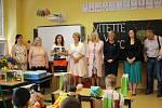 Poprvé do školních lavic usedli v pondělí i prvňáčci na ZŠ Švabinského, Sokolov.