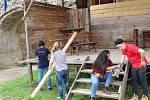 Skupinka dobrovolníků z celého světa přijela i letos pomoct při záchranných pracích na hrad Hartenberg.