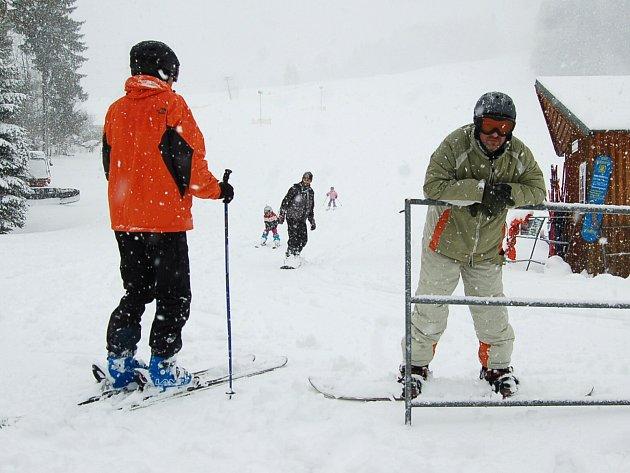Středeční sněhová nadílka ve Ski Centru Bublava. Vlekaři na velikonoční prázdniny spustili vleky.