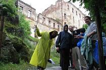 Parta dobrovolníků se nezalekne ani špatného počasí. Úsměv na tváři mají, i když zrovna prší.