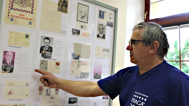 FILATELISTA Josef Trnka ukazuje svoji vzácnou sbírku pohledů a psaní, které jsou vlastnoručně pod