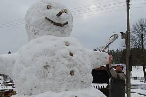 Rudolf Kovařík ze Šindelové postavil před dvěma lety obřího sněhuláka.
